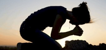 woman_kneeling_in_prayer