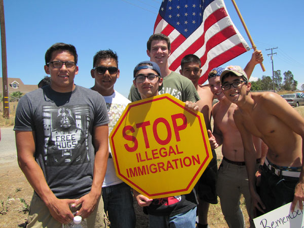 illegals-immigration-protesters-600