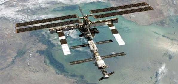 2 astronauts make emergency landing after rocket fails