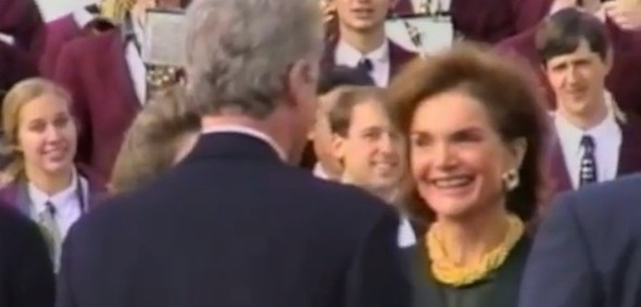 Bill Clinton speaks with Jackie Kennedy at the JFK Memorial Library dedication in Boston, Massachusetts, Oct. 29, 1993, (Photo: YouTube, Imintosomethinggood)