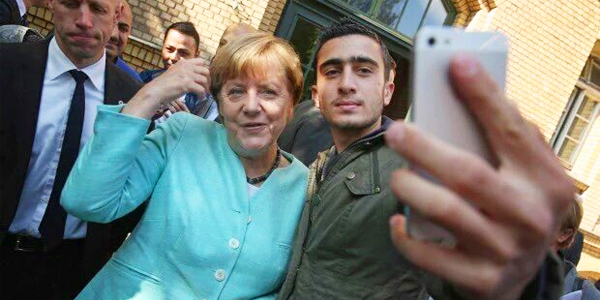 "German Chancellor Angela Merkel takes a ""selfie"" with a refugee (Photo: Twitter)"
