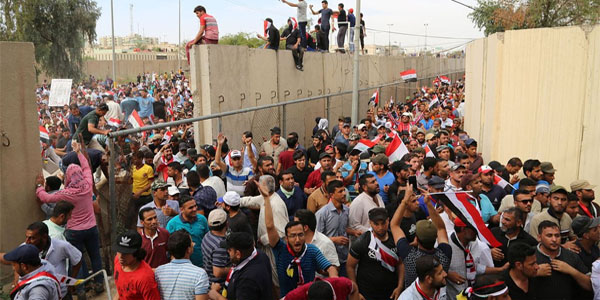 Thousands of angry protesters storm parliament in Iraq's Green Zone (Photo: Twitter)