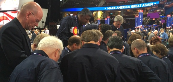 colorado-delegates-praying