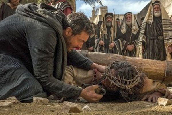 """Ben-Hur"" (Jack Huston) offers water to Jesus (Rodrigo Santoro)"