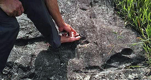giant-footprint-china-wth-foot-hand-600