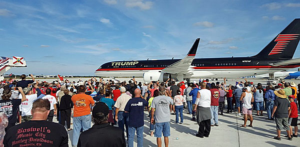 A crowd gathers as Donald Trump's plane lands in Central Florida on Tuesday, Oct, 25, 2016 (Twitter)