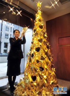 $10 million gold Christmas tree in Tokyo