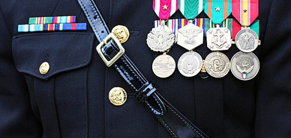 marines-soldier-military-uniform-decorated-medals-600