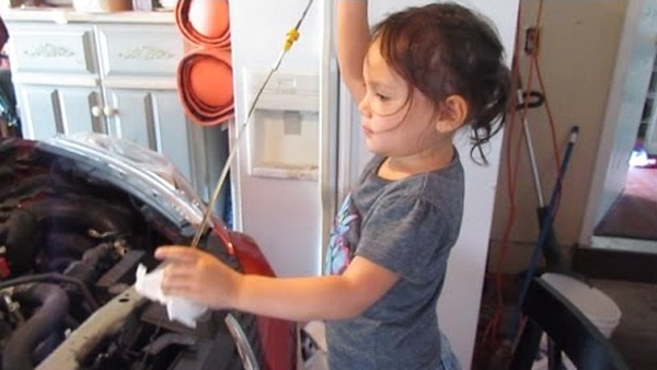 Little'How To' Girl changes oil