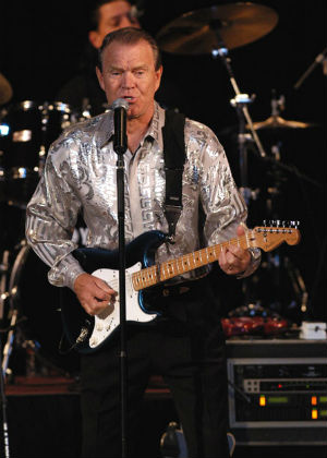 Glen Campbell in concert Jan. 25, 2004 in Texas (Public domain)