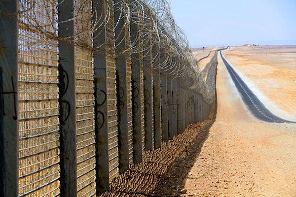 Border wall between Israel and Egypt (Photo by Idobi courtesy Wikipedia)