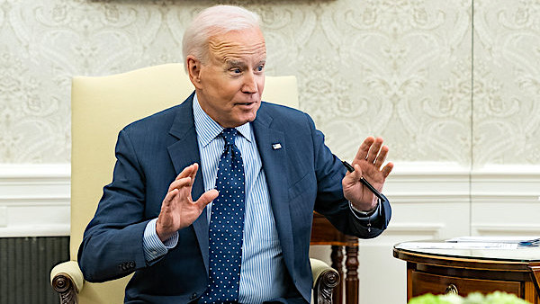 Biden humiliates himself in front of Boris Johnson by telling completely made-up story